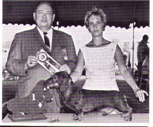 CH Pondwicks Hobgoblin with Judge Wallace Alford (Dixie Dachs breeder) and owner Dee Hutchinson 1967